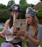 6. Départ pour la chasse au trésor-7- Léane et Alice étudient la carte