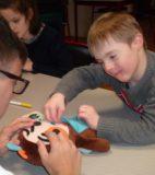 Atelier du 3 février-4-Jeux-table 2-Elliot et la poupée, Laura et le dessin